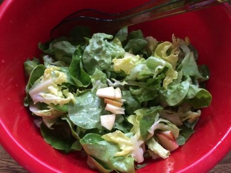 Kopfsalat mit Apfel und Apfeldressing