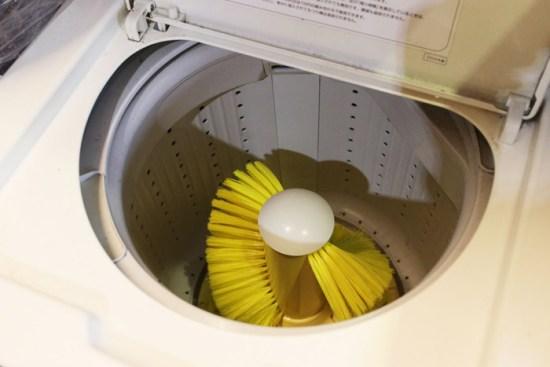 大きなブラシが回転してスニーカーを洗う