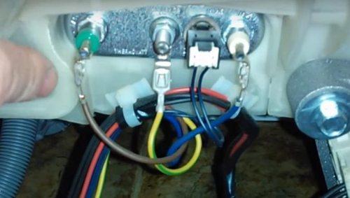 Ariston çamaşır makinesinin ısıtma elemanı üzerindeki tellerin düzenini tasvir ediyoruz