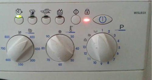 ekransız bir Ariston çamaşır makinesinde f08