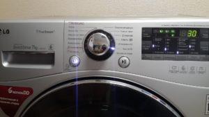 LG çamaşır makinesinin kendisi çıkıyor