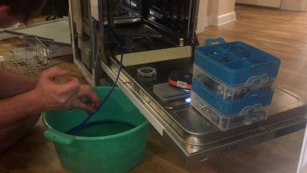 Bulaşık makinesi kirli su dolu