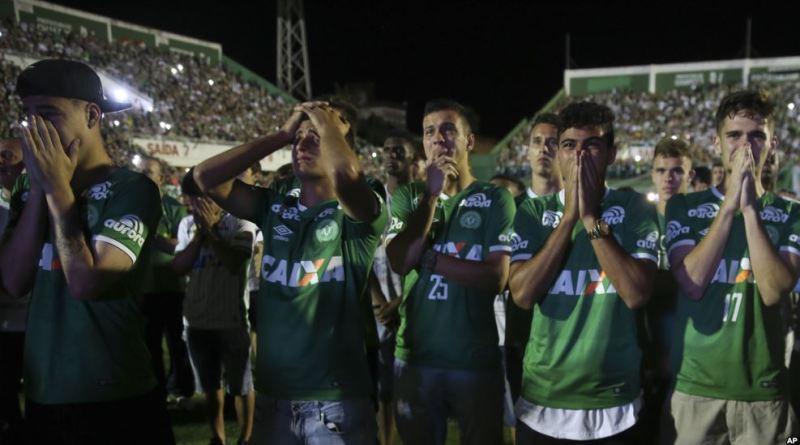 Soccer fans honor plane crash victims (Photo AP)