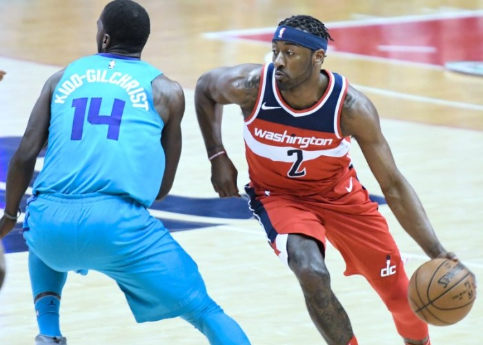 Washington Wizards guard John Wall attempts a layup as Charlotte Hornets guard Kemba Walker looks on during the Wizards' 107-93 win in D.C. on March 31. (John De Freitas/The Washington Informer)
