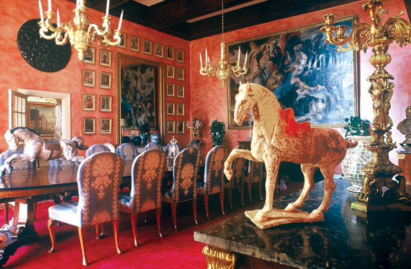 The warmth of the dinning is achieved using Venetian plaster, deep reds, Orientalist drawings and a terracotta horse also purchased in Hong Kong.