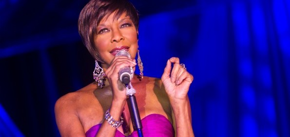Grammy award-winning artist, Natalie Cole performs at this year's Kidney Ball. Image courtesy of Alfredo Flores.