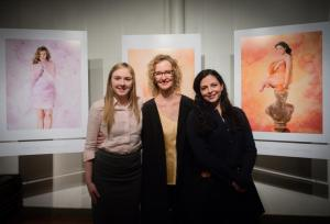 Anne Geddes with survivors Jamie Schanbaum and Kate Healy in front of their portraits.