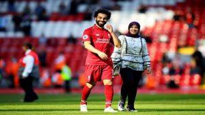 محمد صلاح وزوجته في الملعب