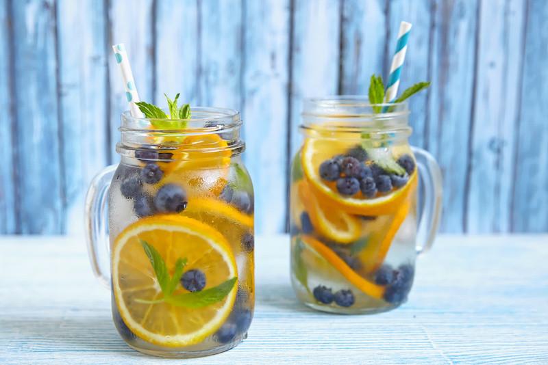 gefiltertes Trinkwasser mit Orangen - erfrischend