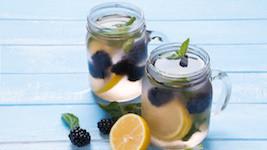 Sauberes Trinkwasser Wasser mit Blaubeeren und Zitrone