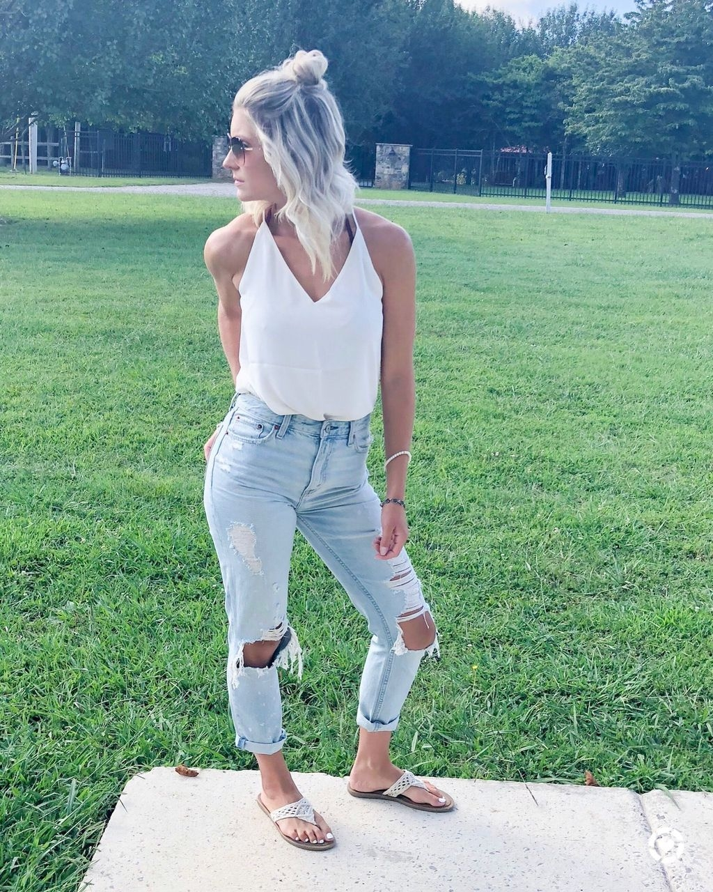 Hottest Women Summer Outfits Ideas With Ripped Jeans To Try
