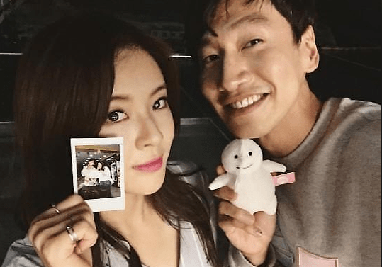 Lee Kwang-soo showing off His girl friend
