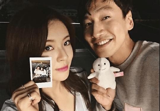Lee Kwang-soo showing off His girl friend