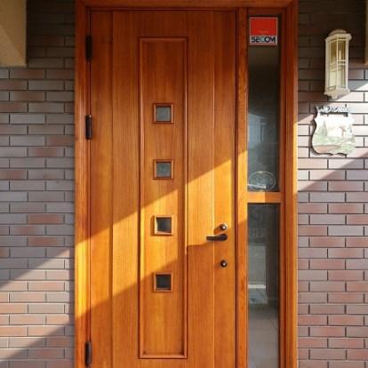 木の風合いを活かしたオイル塗装のドアです
