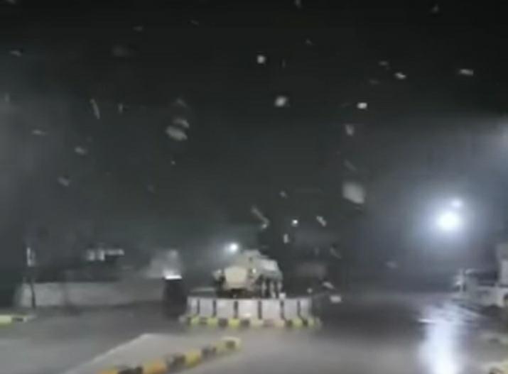بالفيديو ..فــي مشهـد نــادر وتاريخـي الثلـوج تتسـاقـط على مرتفعات عجلـون مساء أمس