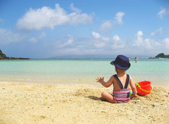 赤ちゃんは海にいつから入れるの?海水は大丈夫?必要な持ち物を紹介!海水浴