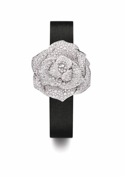 Reloj Piaget Rose secret, cerrado. Caja en oro blanco de 18 quilates engastado en 668 diamantes corte brillante. Carátula plateada. Correa de satén negro. Hebilla engastada en 40 diamantes corte brillante.