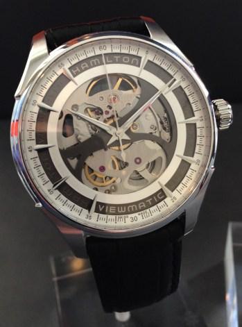 """El diseño esqueletizado invita a los espectadores del reloj a una sofisticada """"visita entre bastidores"""" que permite contemplar la perfección relojera mecánica en acción."""