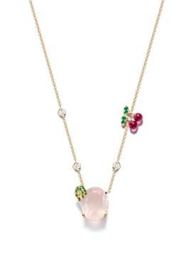 Pink Lady Cocktail Inspiration: colgante de oro amarillo de 18 quilates engastado con 1 cuarzo color rosa corte oval (aprox. 6,58 ct), 3 diamantes talla brillante (aprox. 0,26 ct), 19 tsavoritas redondas (aprox. 0,15 ct), 2 rubellite corte gota (aprox. 0,06 ct) y 4 esmeraldas redondas (aprox. 0,04 ct). Ref.. G33LC600