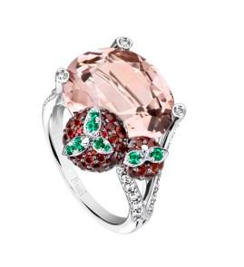 Strawberry Margarita Cocktail Inspiration: anillo de oro blanco de 18 quilates engastado con 1 morganita ovalada (aprox. 9,38 ct), 82 rubíes redondos (aprox. 1,46 ct), 34 diamantes talla brillante (aprox. 0,50 ct) y 8 esmeraldas redondas (aprox. 0,06 ct) . Ref.. G34H1100