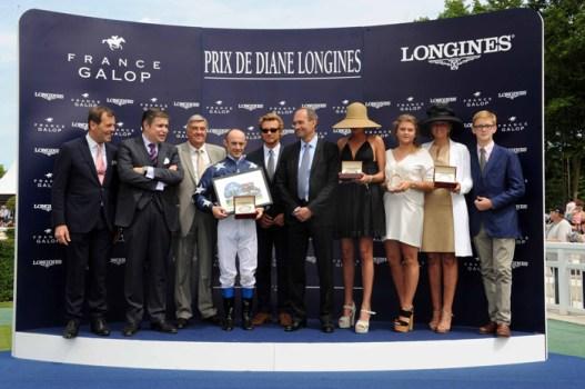Ceremonia de premiación: Prix Grand Handicap Longines / Juan Carlos Capelli, Vicepresidente y Director de Marketing de Longines junto con Simon Baker, Embajador de la Elegancia Longines.