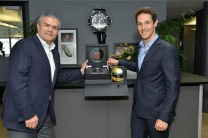 El estuche especial creado para esta pieza incluye un réplica exacta en miniatura del casco que portó Senna en 1988, 1989 y 1991.