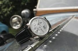 Cien años es la distancia que separa al modelo Lange Time Zone 1 del Rolls–Royce Silver Ghost Austrian Alpine Trials Car.