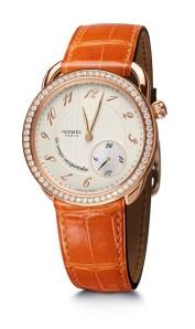 Arceau Le temps suspendu // configuración en oro rosa engastado con diamantes y piel de cocodrilo ágata naranja.