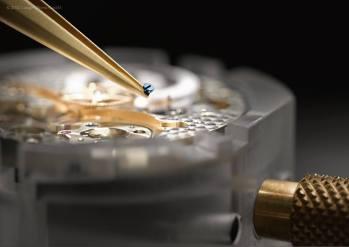 """Uno a uno, cada tornillo es posicionado en su lugar, un error de cálculo y habría que desmontar parte del calibre para encontrar la miniatura """"perdida"""" en el calibre."""