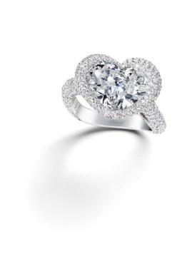 Sortija de oro blanco de 18k con un diamante talla corazón (5.36cts) y diamantes engastados (2.98cts). Ref. 825500-1710