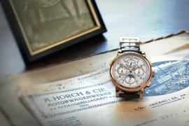 1815 Rattrapante Perpetual Calendar sobre documentos históricos del despacho de August Horch