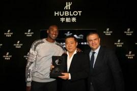 Kobe Bryant entregó en propia mano los relojes de la colección en su honor a los primeros clientes que los adquirieron.