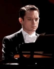 Grand Piano - Eugenio Mira, la historia de un pianista con miedo escénico que decide poner remedio a su fobia. Al tocar su melodía, percibirá que su partitura esconde una amenaza de muerte para él y su familia. Protagonizada por Elijah Wood.