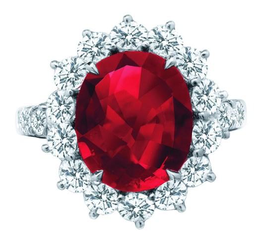 Anillo flor rubí oval.