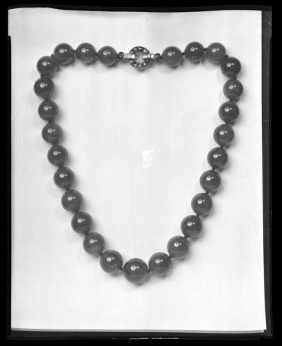 Archivo fotográfico del collar de jade con broche ejecutado en platino, rubíes y diamantes.