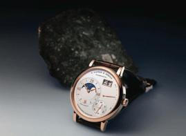 Grande Lange 1 Fase Lunar y meteorito DAG 400, expulsado mucho antes de llegar a la superficie Terrestre, asimismo, la ejemplificación de la Luna en el reloj se exhibe con gran precisión.