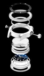 Ringlock System posibilita la hermeticidad de hasta 3900 metros de profundidad, el equivalente a más de 3 toneladas de presión. Su construcción se basa en tres elementos: un anillo central de aleación de acero y nitrógeno forma la columna vertebral del sistema, y en comunión con un cristal de zafiro abombado de 5 mm y un fondo de caja fabricado en titanio grado 5, realizan un extraordinario trabajo.