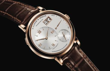 Grand Lange 1, por primera vez se crece y amplían las dimensiones a la pieza. Su belleza se lleva al extremo y se ajusta a la tendencia de la época por relojes grandes.