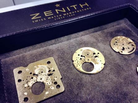 La base del reloj, platina, y componentes, ébauches, son cortados a la medida específica y con las tolerancias en valores de micras a fin de garantizar un ensamblado preciso.