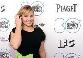 Kristen Bell lució aretes y un anillo de Piaget Rose