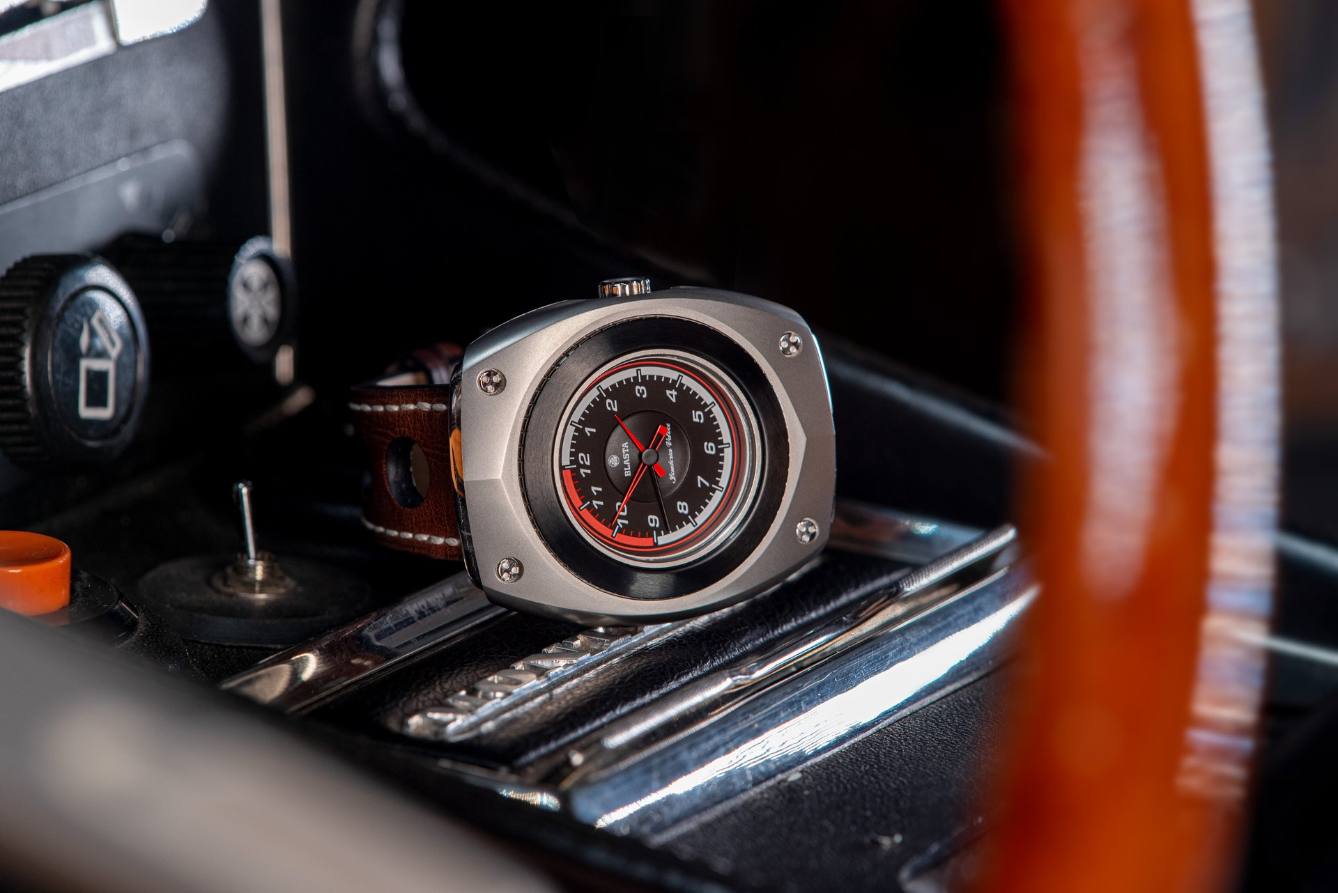 Blasta Watch Scuderia Veloce, argento Photo taken on the console of a Alfa Romeo Montreal. ©2019 Blasta Watch Ltd. All Rights reserved.