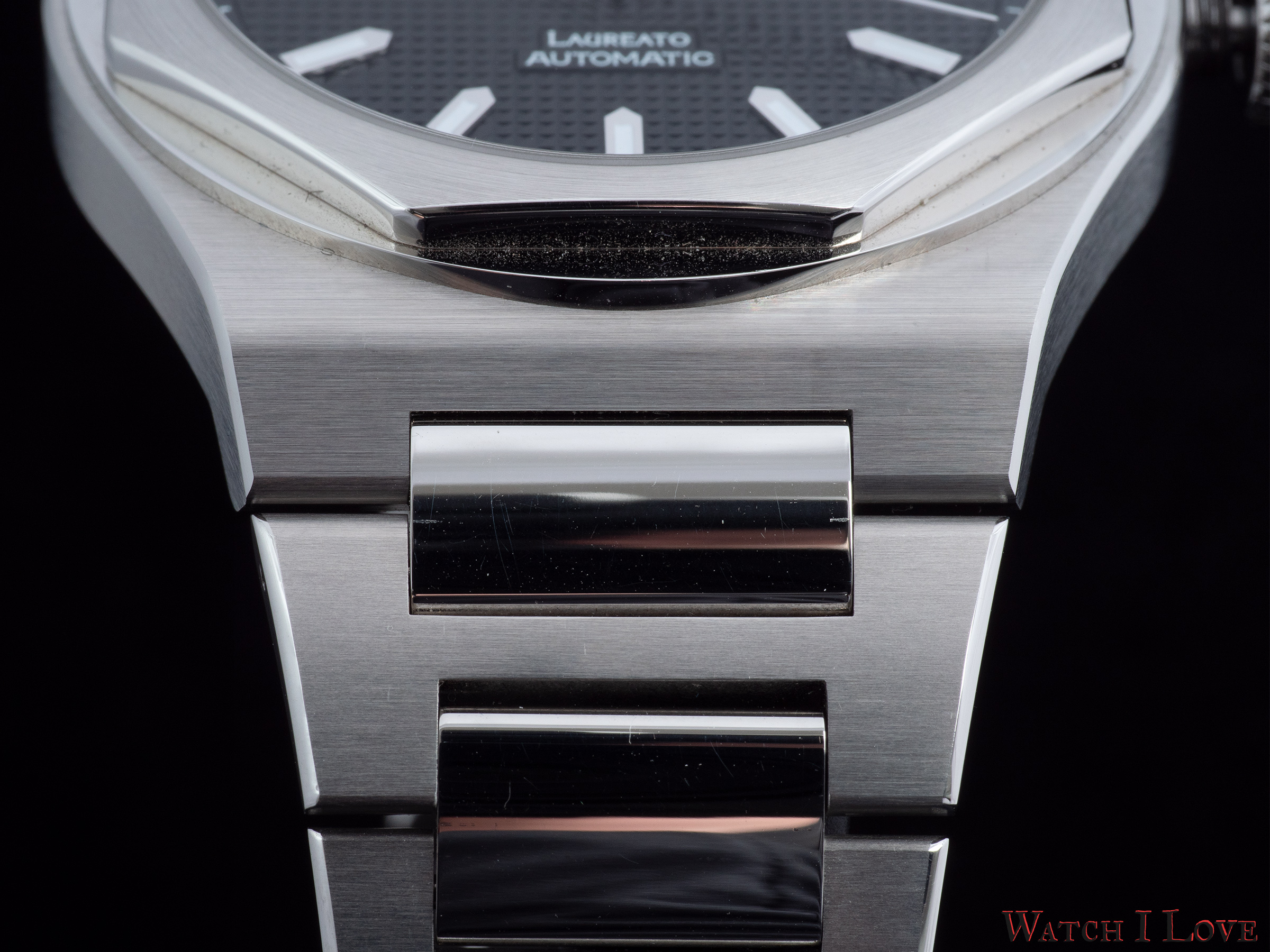 The combination of polished and brushed elements of the bracelet evokes the finishes found on the case