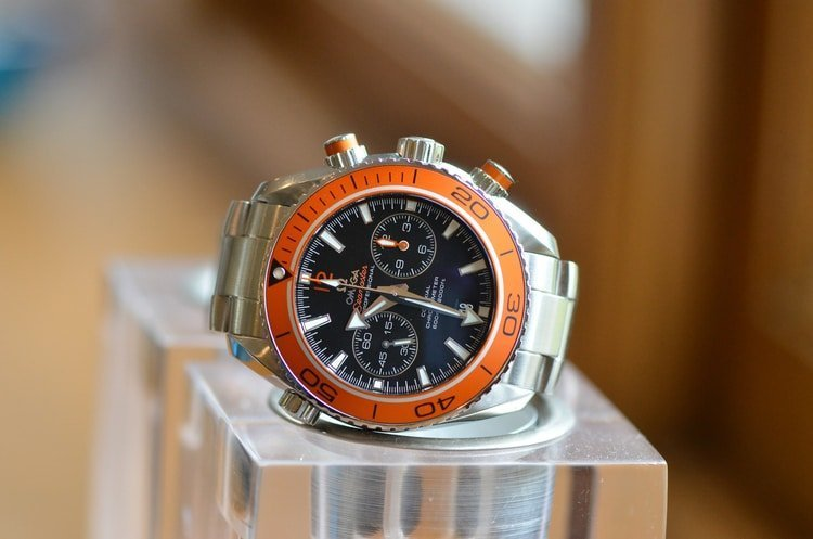 arrow hands on watch face