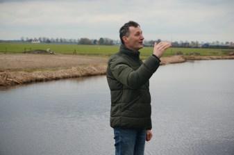 Boer Sjaak Hoogendoorn geeft uitleg over zijn boerderij