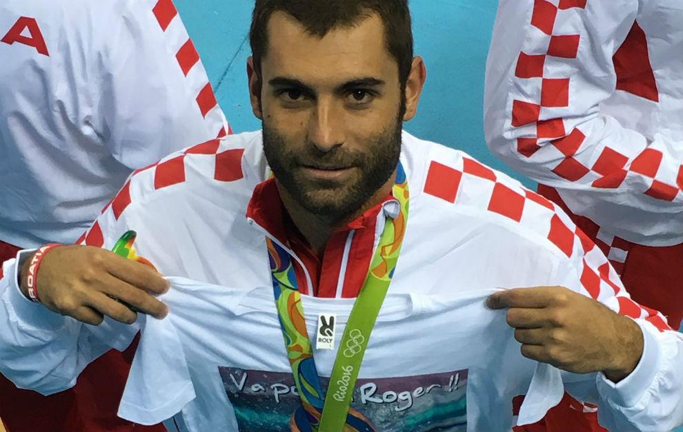Xavi García justo después de recibir la medalla con la camiseta de Roger / D.G.