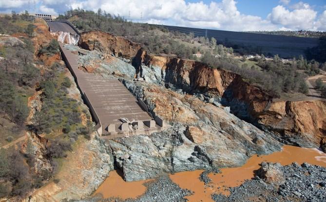 Oroville_Dam_spillway_damage_27_Feb_2017 Dave Metz