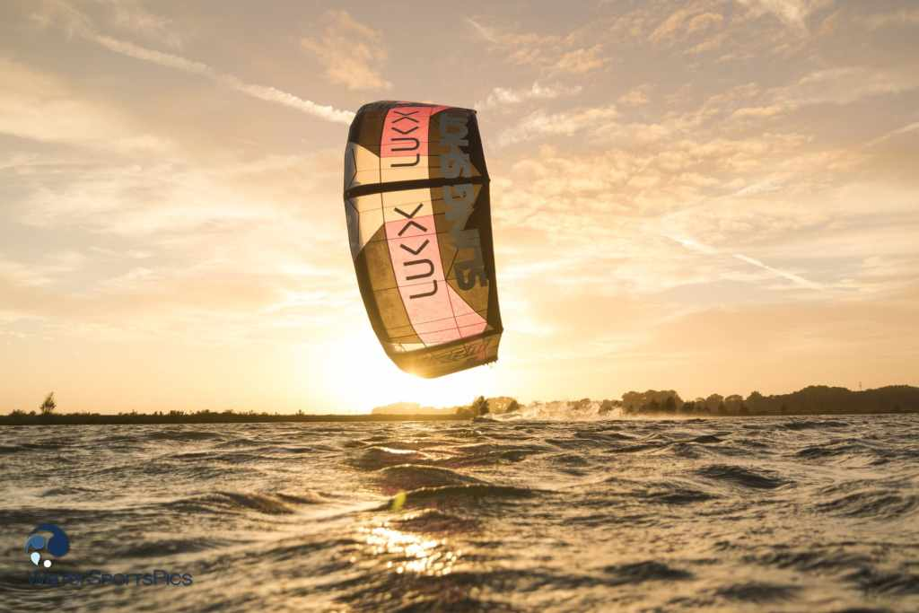 Evening session with Stijn Mul showing his kite in front of the sun at Schellinkhout