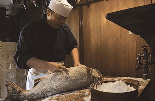 การปรุงอาหารอย่างมืออาชีพระหว่างการหมัก (เมืองมุระคะมิ จังหวัดนีงะตะ)