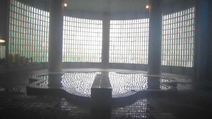 保留了昭和氣息的室內浴池。