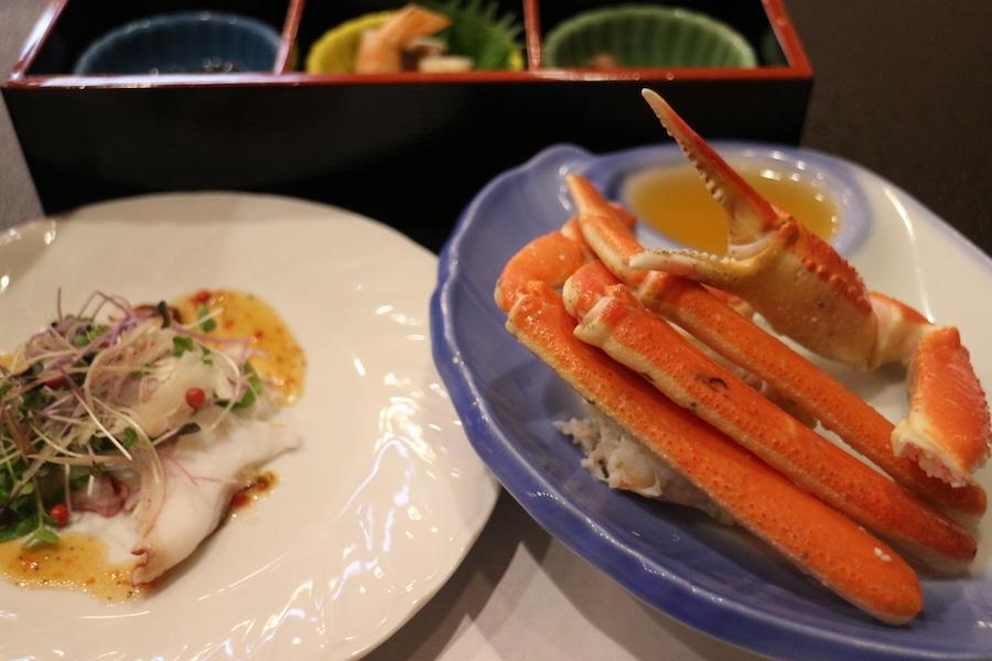 松葉蟹的蟹肉飽滿,搭配美味的調味料更是一絕
